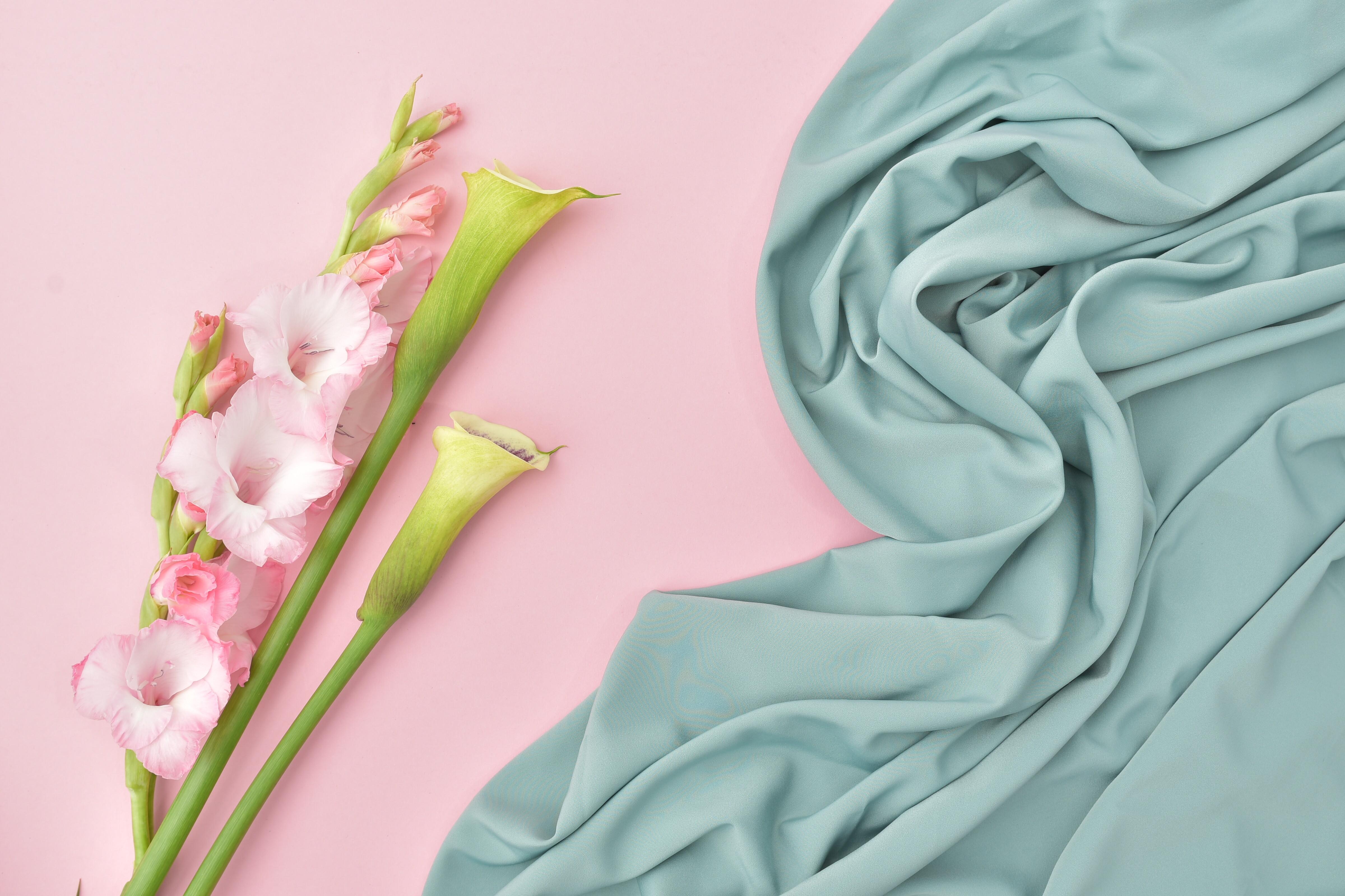 Ткань трикотажная на розовом фоне с цветком
