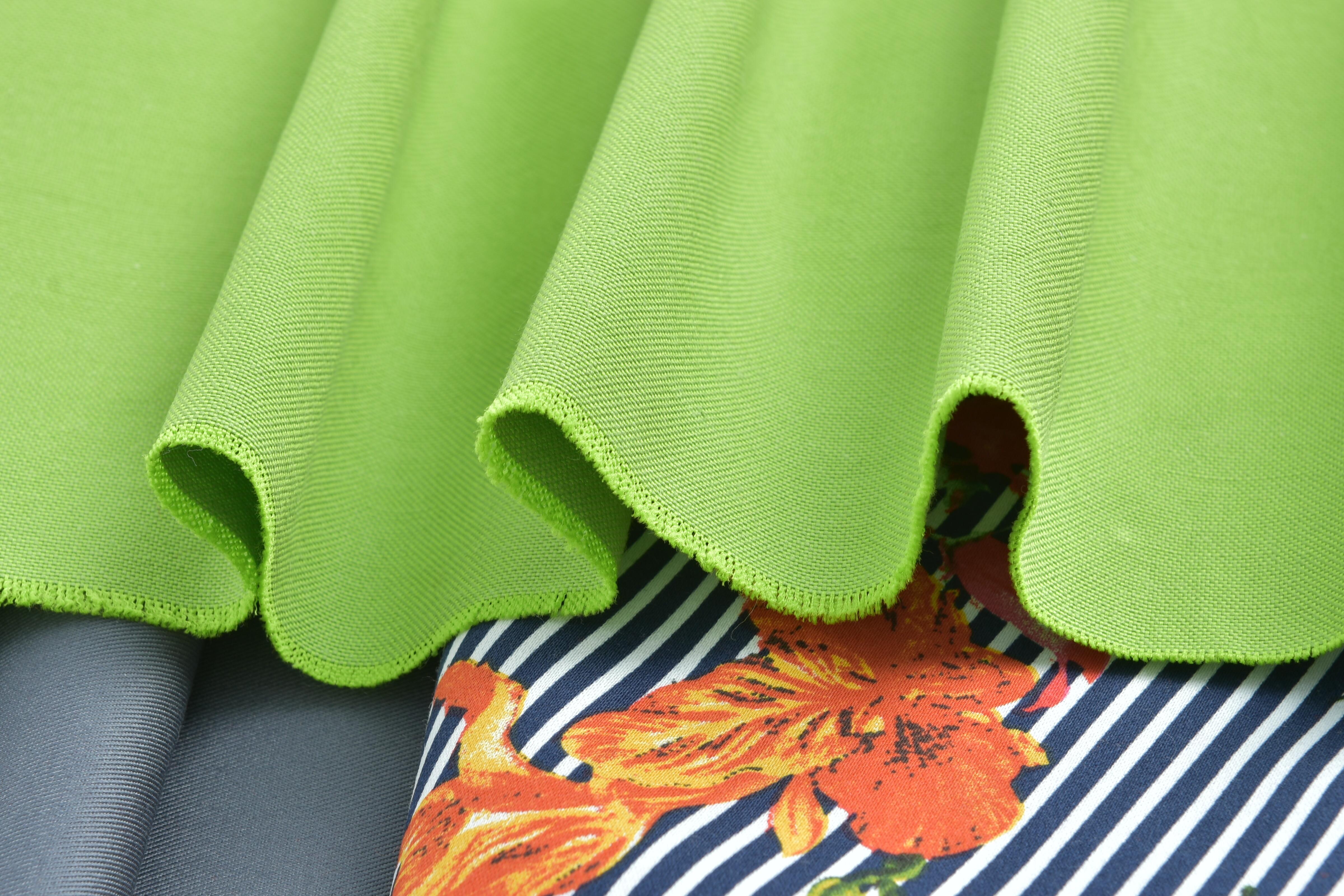 Зеленая ткань скомбинированная с тканью в полоску